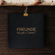 Freundebuch Gold/Schwarz Frontansicht Klammer