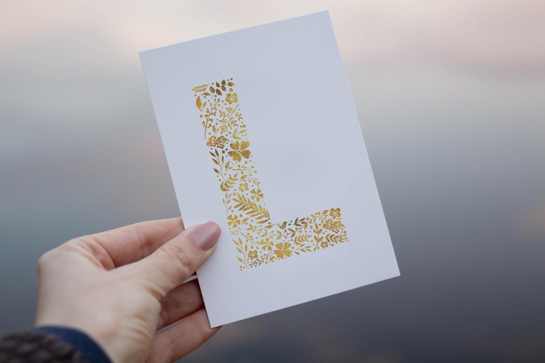 """Postkarte """"L"""" Weiß/Gold"""