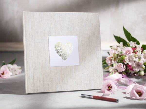 """Gästebuch Natur (Alabaster) Frontansicht, Titelschild """"Herz"""""""