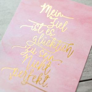 """Postkarte """"glücklich. nicht perfekt"""" Aquarell/Gold Detail"""