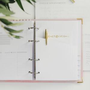 Tasche Weiß mit goldenem Kugelschreiber im Ringbuch Aquarell