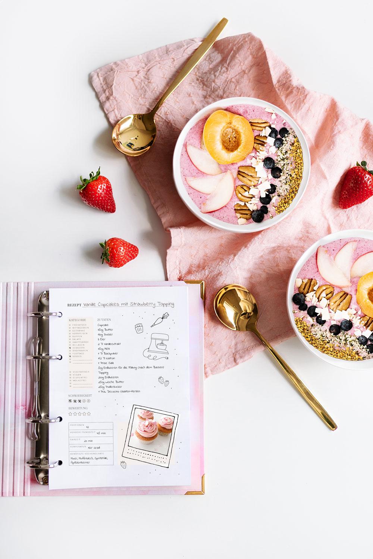 Rezeptkarte ausgefüllt mit Cupcakes Rezept und Smoothie Bowls
