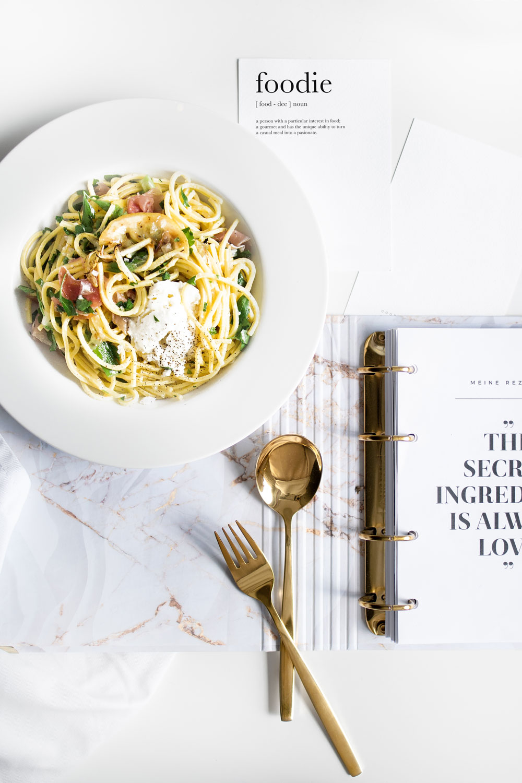 Rezeptkarte im Rezeptbuch White mit Spaghetti