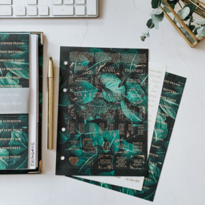 Stickerbögen Greenery auf Schreibtisch mit Ringbuch und goldenem Kuli