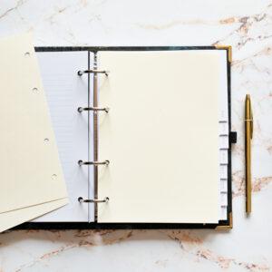 Bullet Journal Greenery mit cremefarbenen Notizseiten und goldenem Kuli