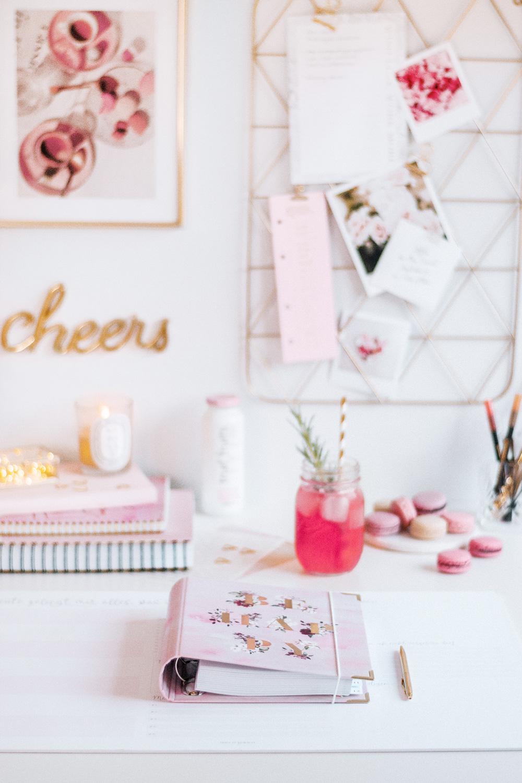 Ringbuch Aquarell mit goldenem Kugelschreiber auf Schreibtisch mit rosanen Dekoelementen
