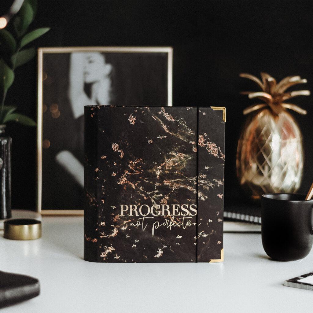 Cover Black Progress not Perfection Ringbuch mit schwarz-goldener Deko