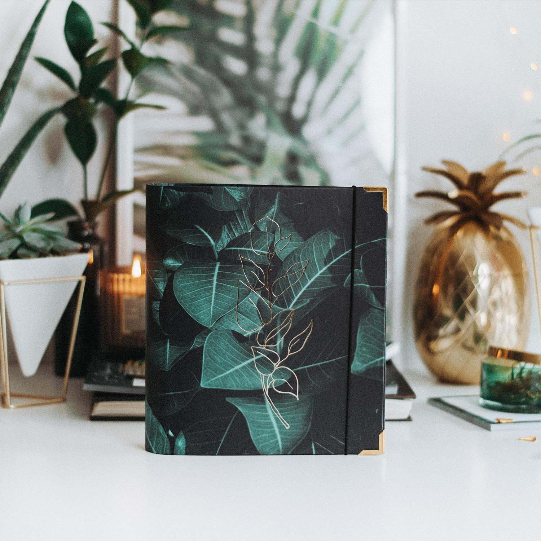 Cover Greenery Ringbuch auf Schreibtisch mit grüner und goldener Deko