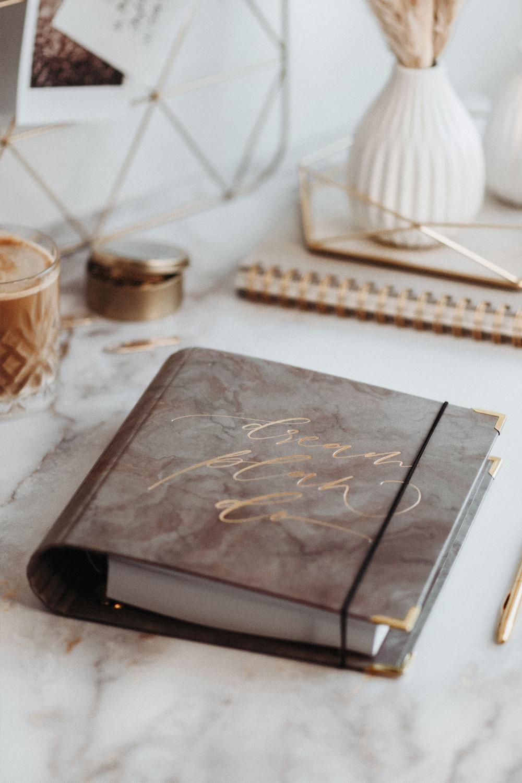 Cover Nude Ringbuch auf marmoriertem Schreibtisch mit goldener Dekoration