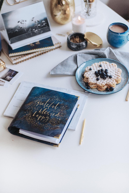 Cover Midnight auf einem Tisch mit Waffeln und Dekoration