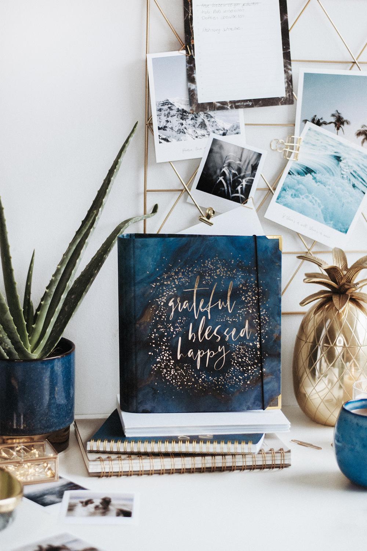 Cover Midnight mit blauer und goldener Dekoration
