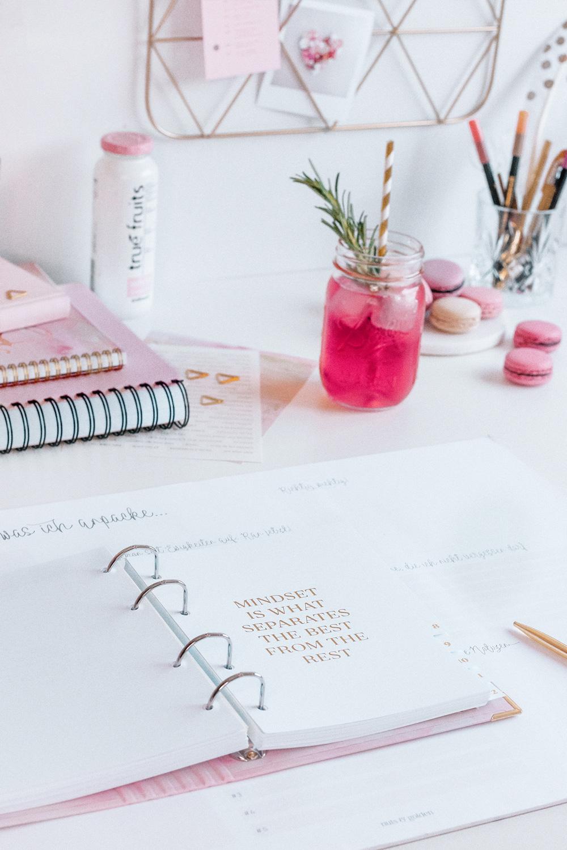 Register im Ringbuch Aquarell auf weißem Schreibtisch mit pinker Deko