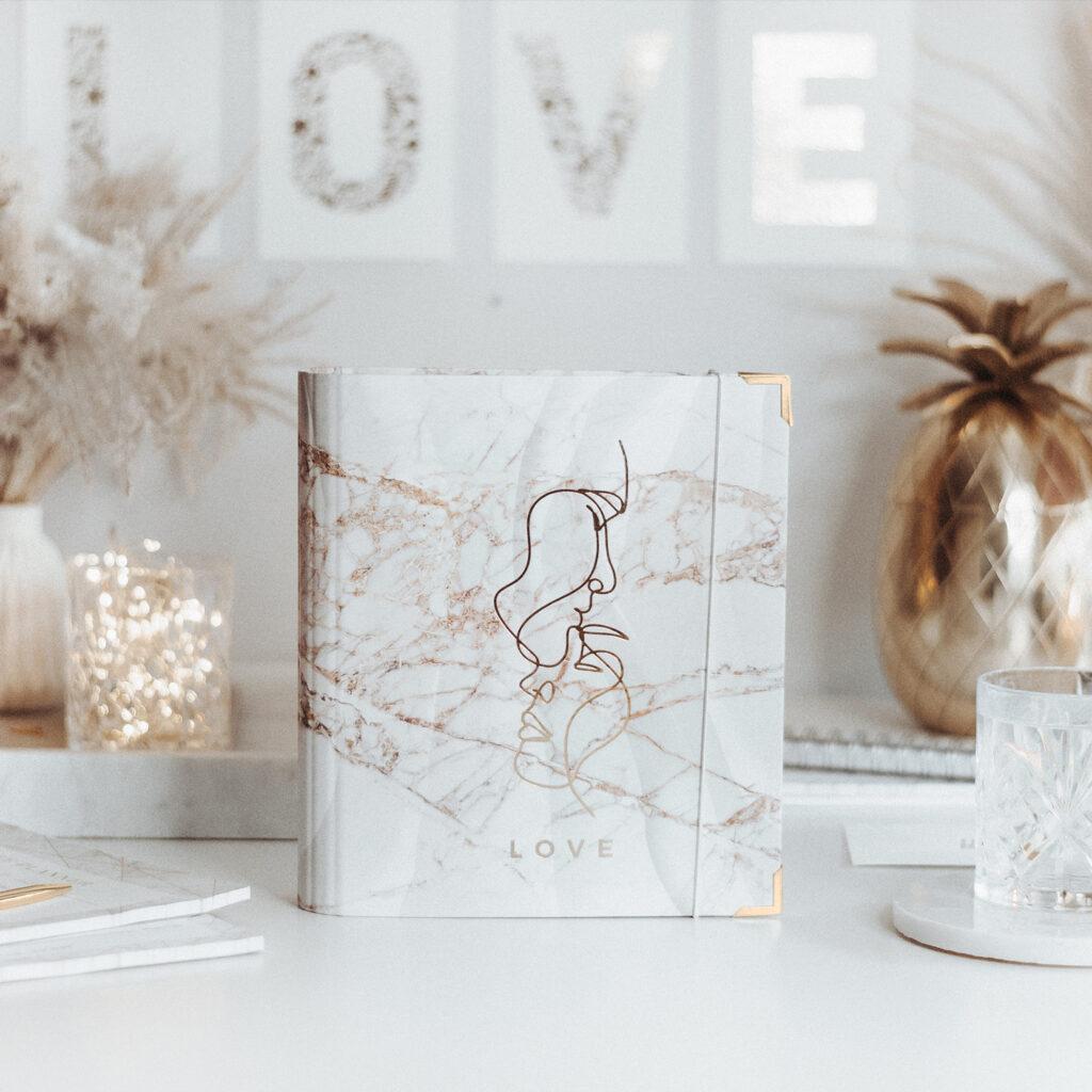 Ringbuch White in Marmoroptik auf Schreibtisch mit goldfarbenen Akzenten