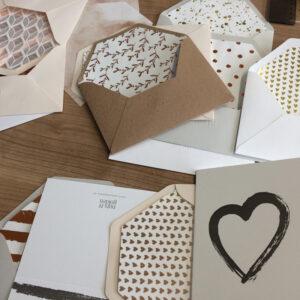 Umschläge und Karten in Erdtönen mit verzierten Inlays