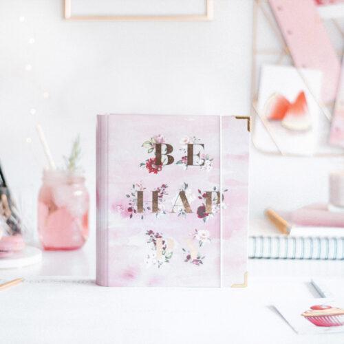 Ringbuch Aquarell Be Happy auf Schreibtisch