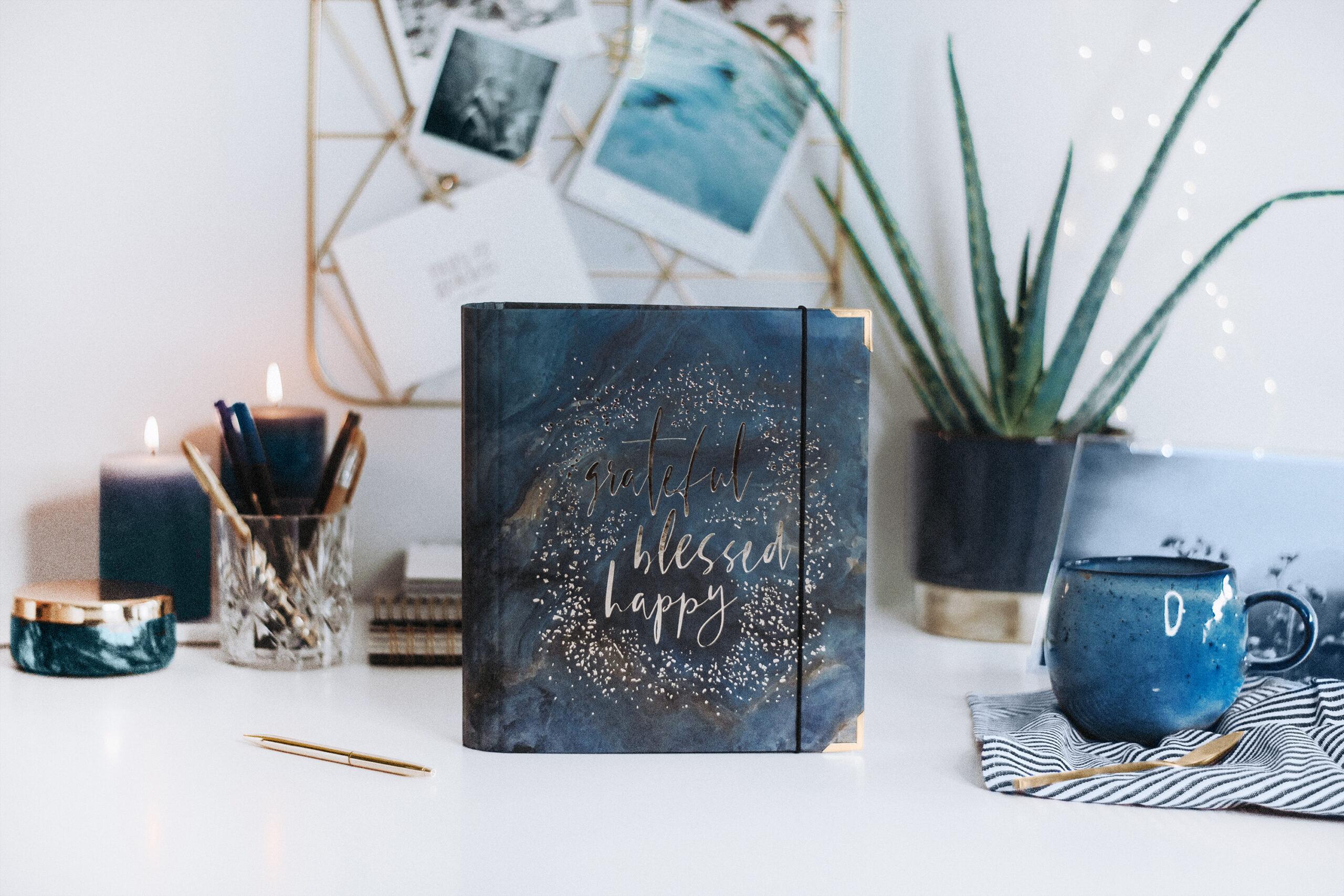 Cover Midnight auf Schreibtisch mit blauen Dekoelementen