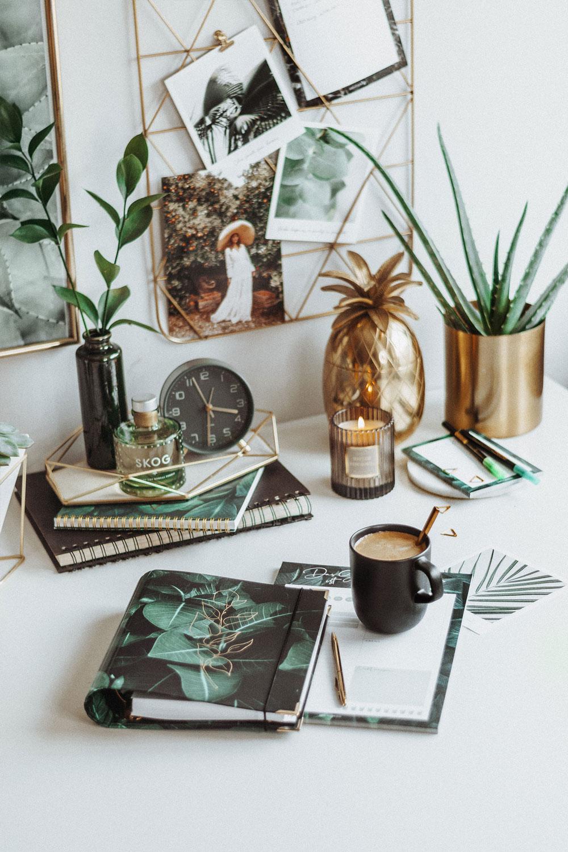 Cover Greenery auf weißem Schreibtisch mit goldenen und grünen Dekoelementen