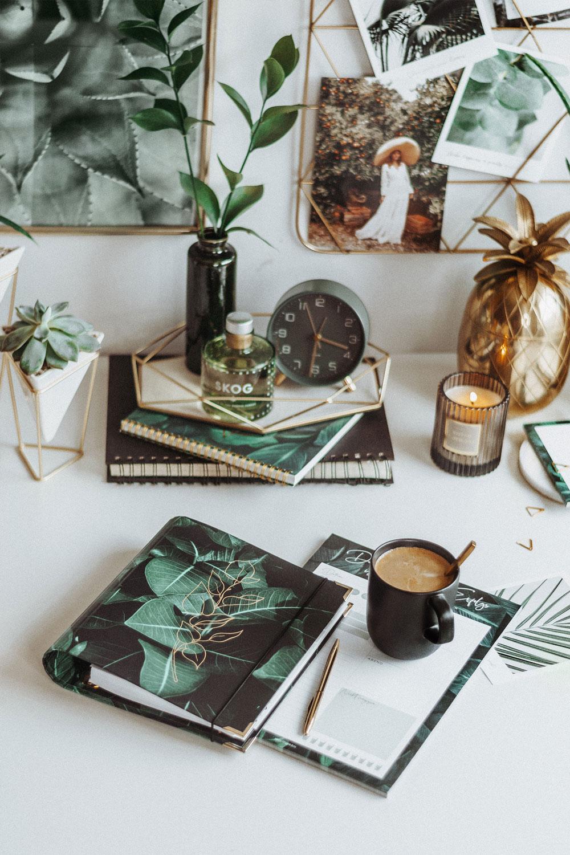 Greenery Ringbuch und Tagesplaner mit Kaffee und grüner Dekoration