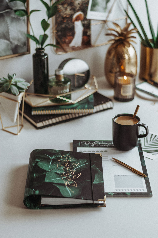 Cover Greenery Ringbuch auf Schreibtisch mit Kaffee und grün-goldener Dekoration