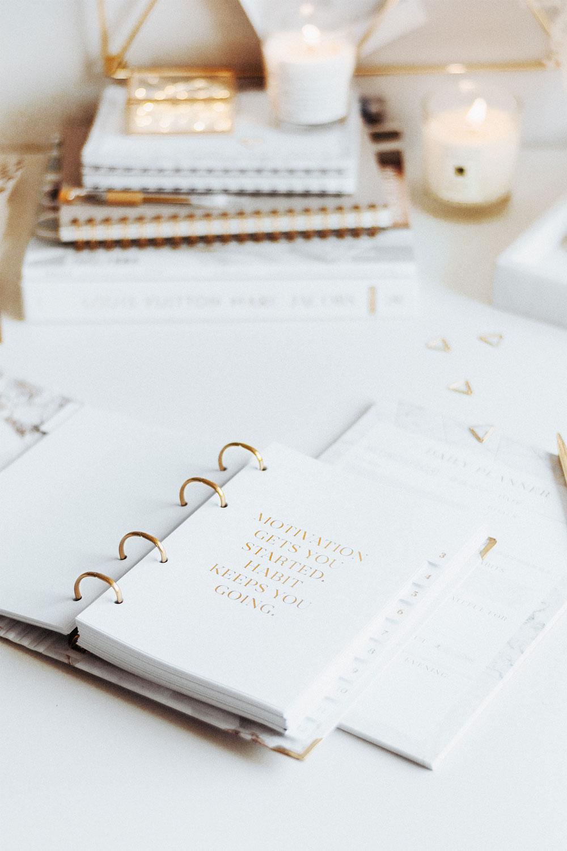 Cover White Ringbuch und weiße sowie goldene Dekoration