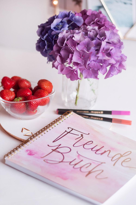Freundebuch Aquarell mit lilafarbener Hortensie und Erdbeeren