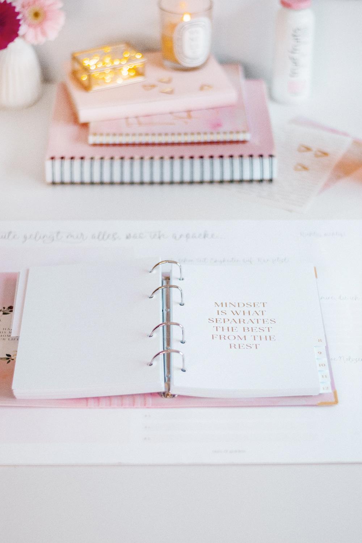 Ringbuch Aquarell mit weißen Registern und rosaner Deko