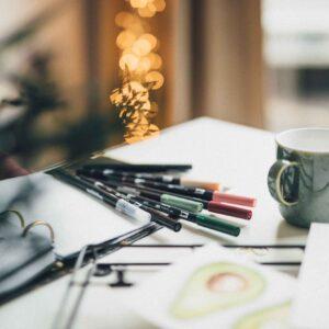 Tombow Brush Pens und Blender auf Tisch mit Tasse