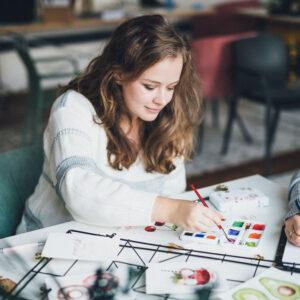 Mädchen beim Aquarellieren mit Beginner Bundle Watercolor Aquarellkasten und Pinsel