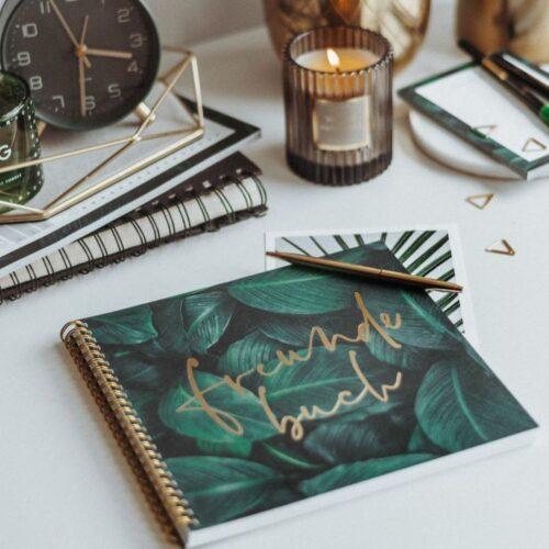 Freundebuch Greenery mit goldenem Kugelschreiber und passenden Accessoires