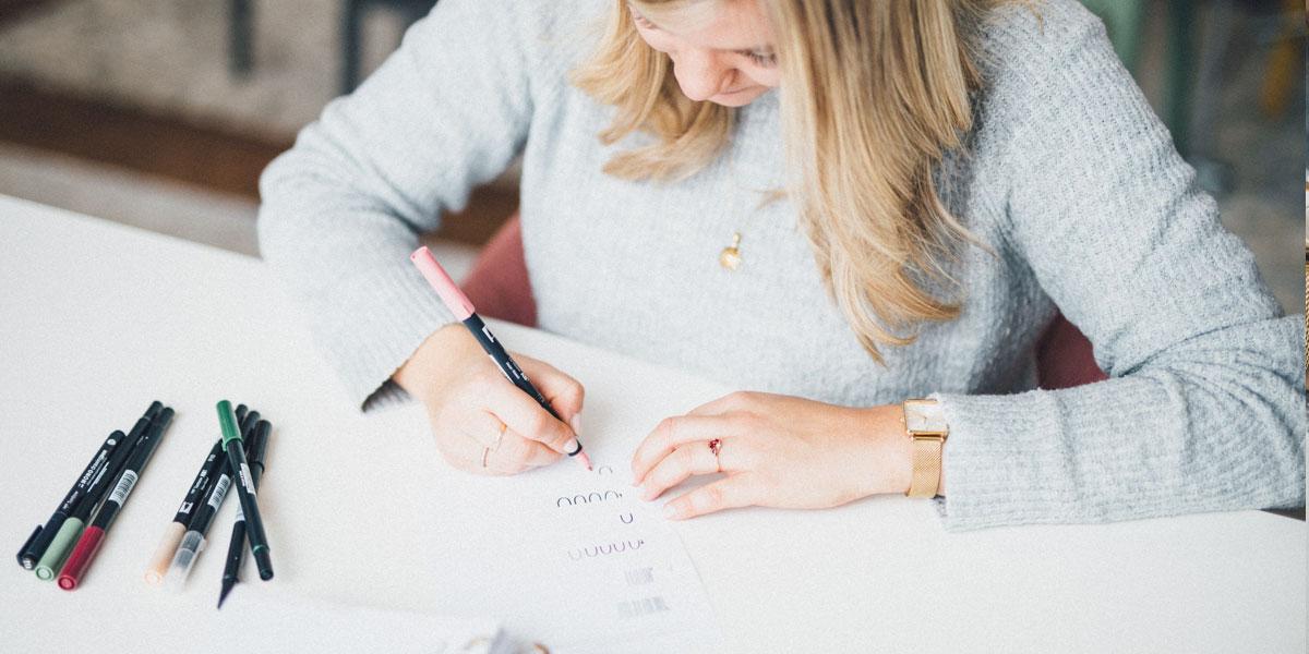 Luzi schreibt mit Tombow Brush Pens