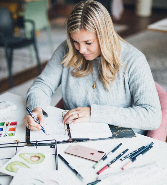 Luzi beim Brushlettering und Kreativ sein