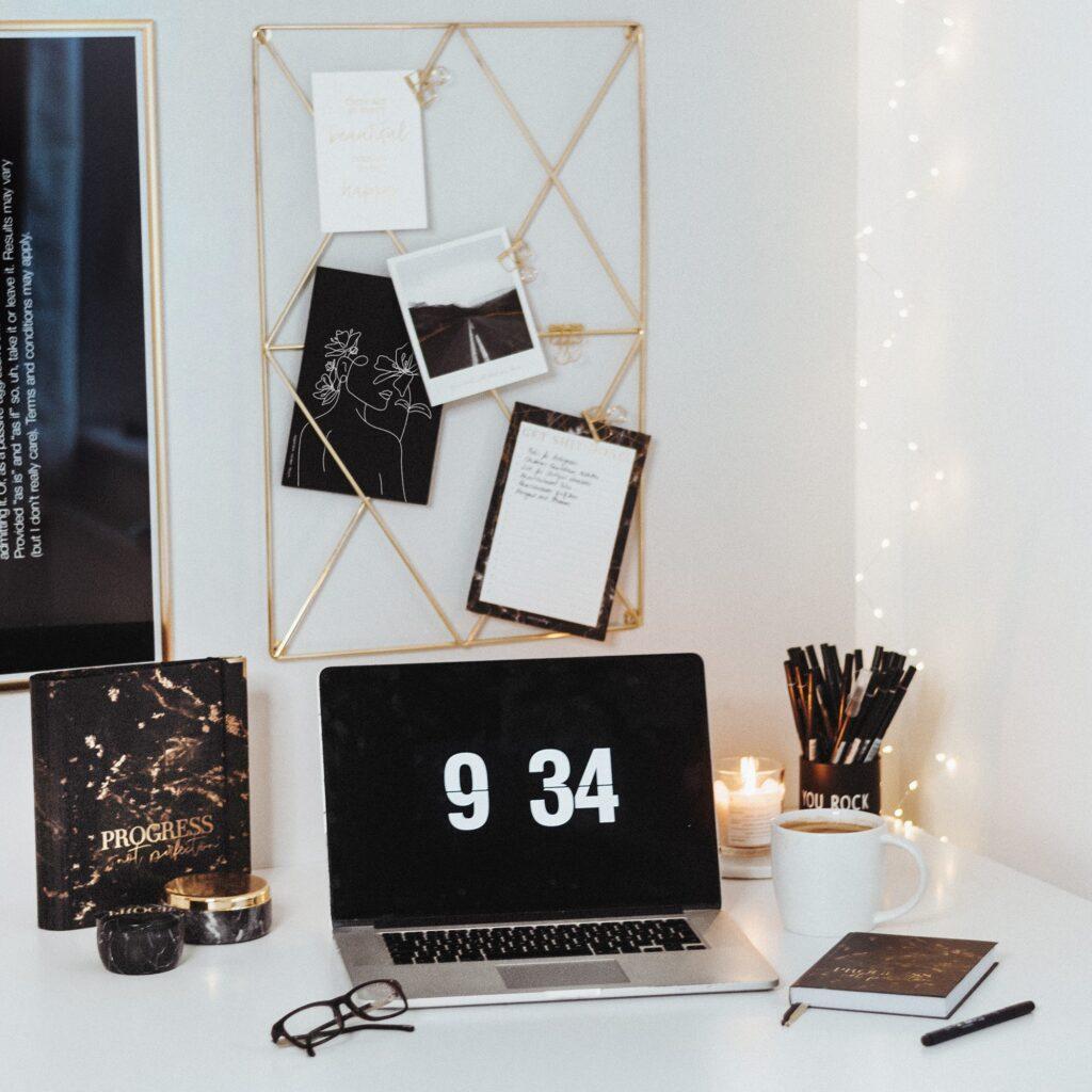 Schreibtisch mit der Black Kollektion